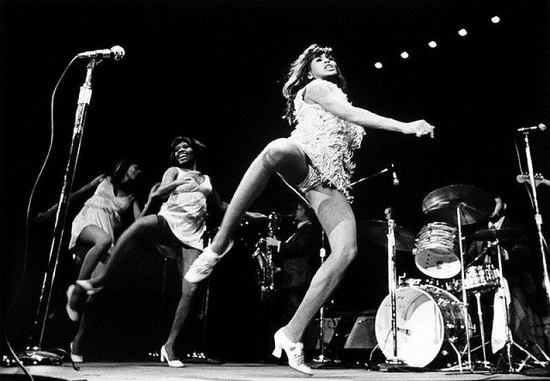 Read more about the article Tina Turner; seyircilerini eskitti; o hala TAŞ