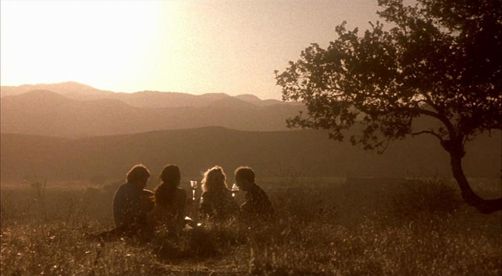 """Bugüne kadar şarap üzerine yazılmış en şairane diyalogları içeren Alexander Payne'nin 2004 tarihli """"Sideways""""inden nefes kesen günbatımında piknik sahnesi. (Görüntü Yönetmeni: Phedon Papamichael)"""