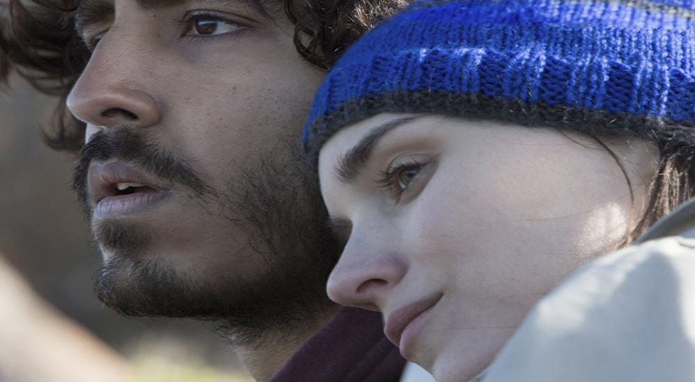 LION: Saroo (Dev Patel) Pasifik ve Hint okyanuslarının tam kesiştiği yerde geldiği yönü ararken güvendiği adacığı Lucy (Ronney Mara) başındaki mavi beresiyle ona özgürlüğü ve sonsuz güveni ne pahasına olursa olsun sunacak gerçek bir sevgi besliyor. (Görüntü Yönetmeni: Greig Fraser)