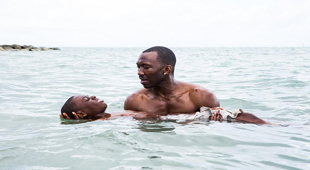 """MOONLIGHT: Baba figüründen yoksun büyüyen """"Ufaklık"""" (Alex Hibbert), hiç tatmadığı duygular ilgi, sevgi ve güveni kendisine yüzme dersiyle aşılayan Küba göçmeni Juan'dan (Mahershala Ali) her tarafı suyla ve tehlikelerle çevrili Miami'de batmadan durabilmenin sırlarını öğreniyor. (Görüntü Yönetmeni: James Laxton)"""