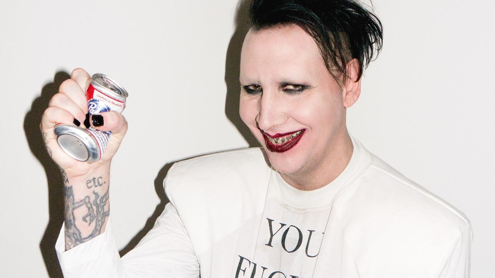 You are currently viewing Marilyn Manson, gazetecinin t.şşaklarını burdu